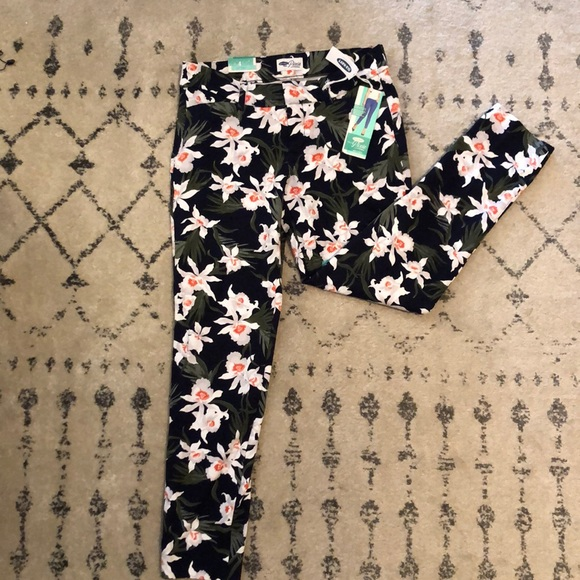 Old Navy Pants - 🌷NWT floral pixie pants